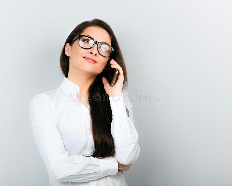 bella donna d affari felice camicia bianca che parla al telefono cellulare su sfondo blu chiusura 176122657